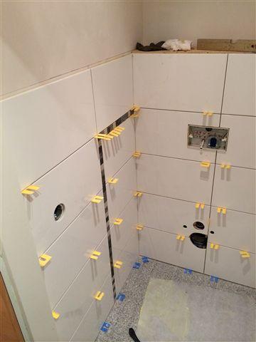 Plaatsen tegels toilet